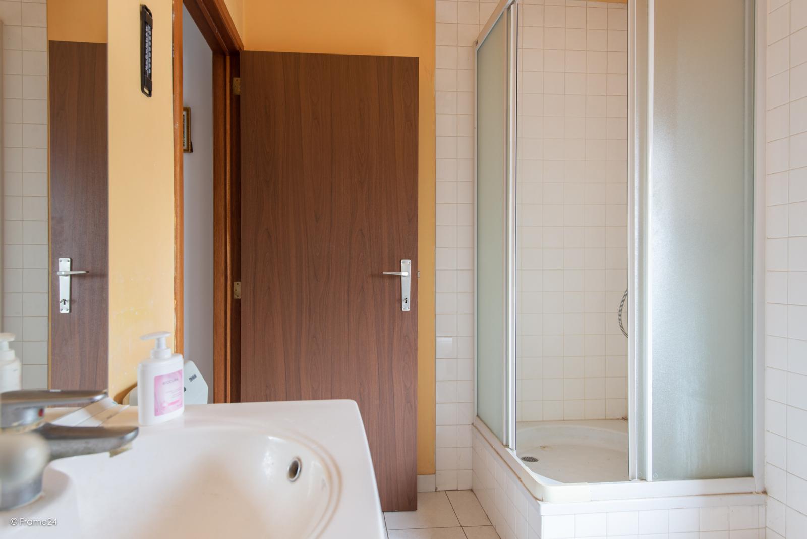 Zeer verzorgde halfopen woning met drie slaapkamers, garage, leuke tuin en gelegen op een toplocatie te Wijnegem!  afbeelding 19