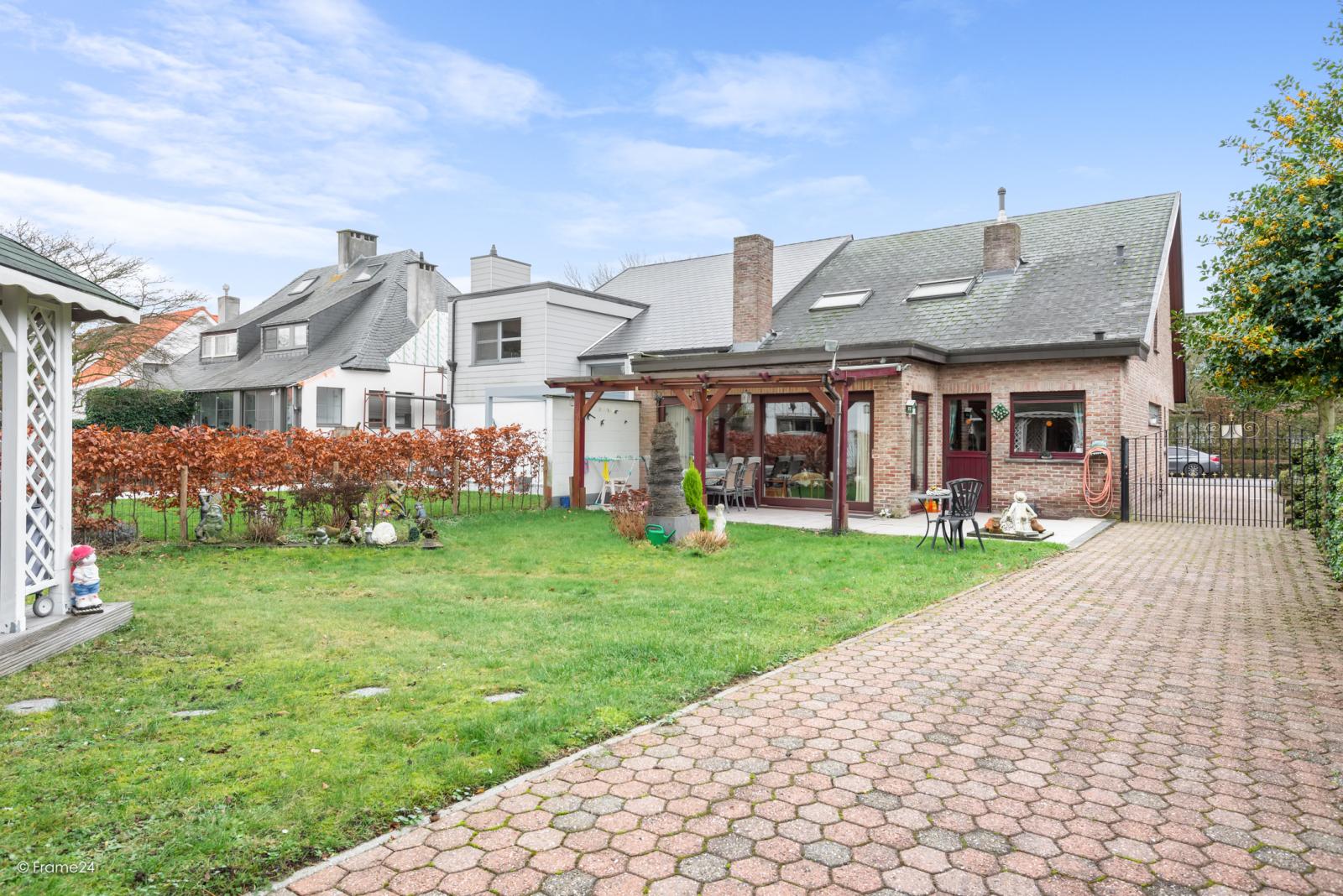 Zeer verzorgde halfopen woning met drie slaapkamers, garage, leuke tuin en gelegen op een toplocatie te Wijnegem!  afbeelding 24