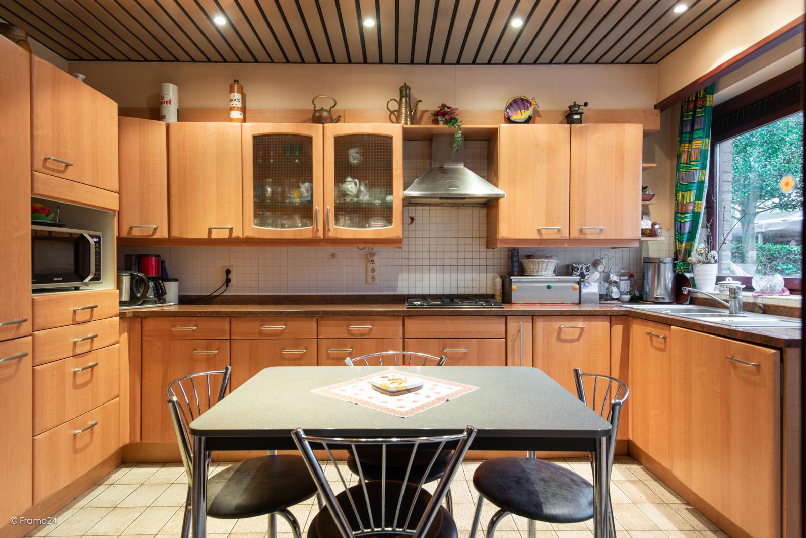Zeer verzorgde halfopen woning met drie slaapkamers, garage, leuke tuin en gelegen op een toplocatie te Wijnegem!  afbeelding 8
