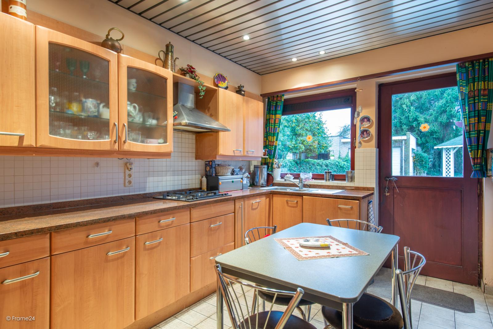 Zeer verzorgde halfopen woning met drie slaapkamers, garage, leuke tuin en gelegen op een toplocatie te Wijnegem!  afbeelding 9