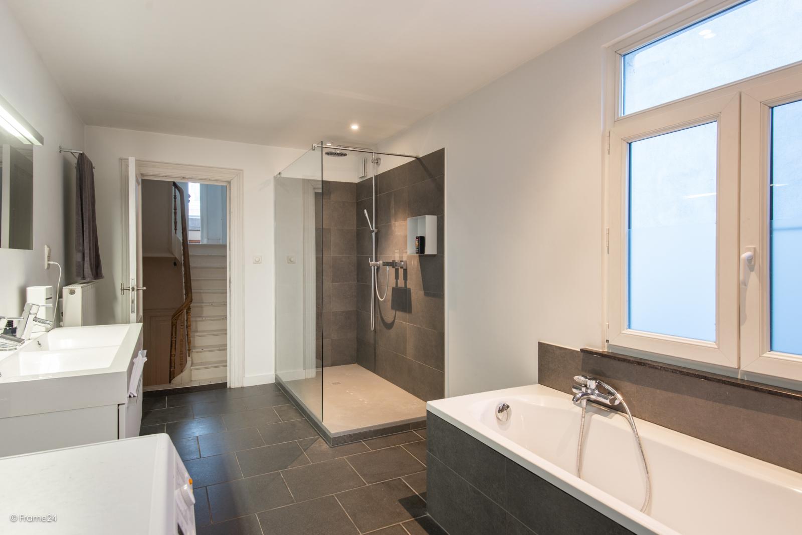 Riante woning in art-nouveaustijl met vijf slaapkamers in een prachtige laan te Wilrijk!  afbeelding 25