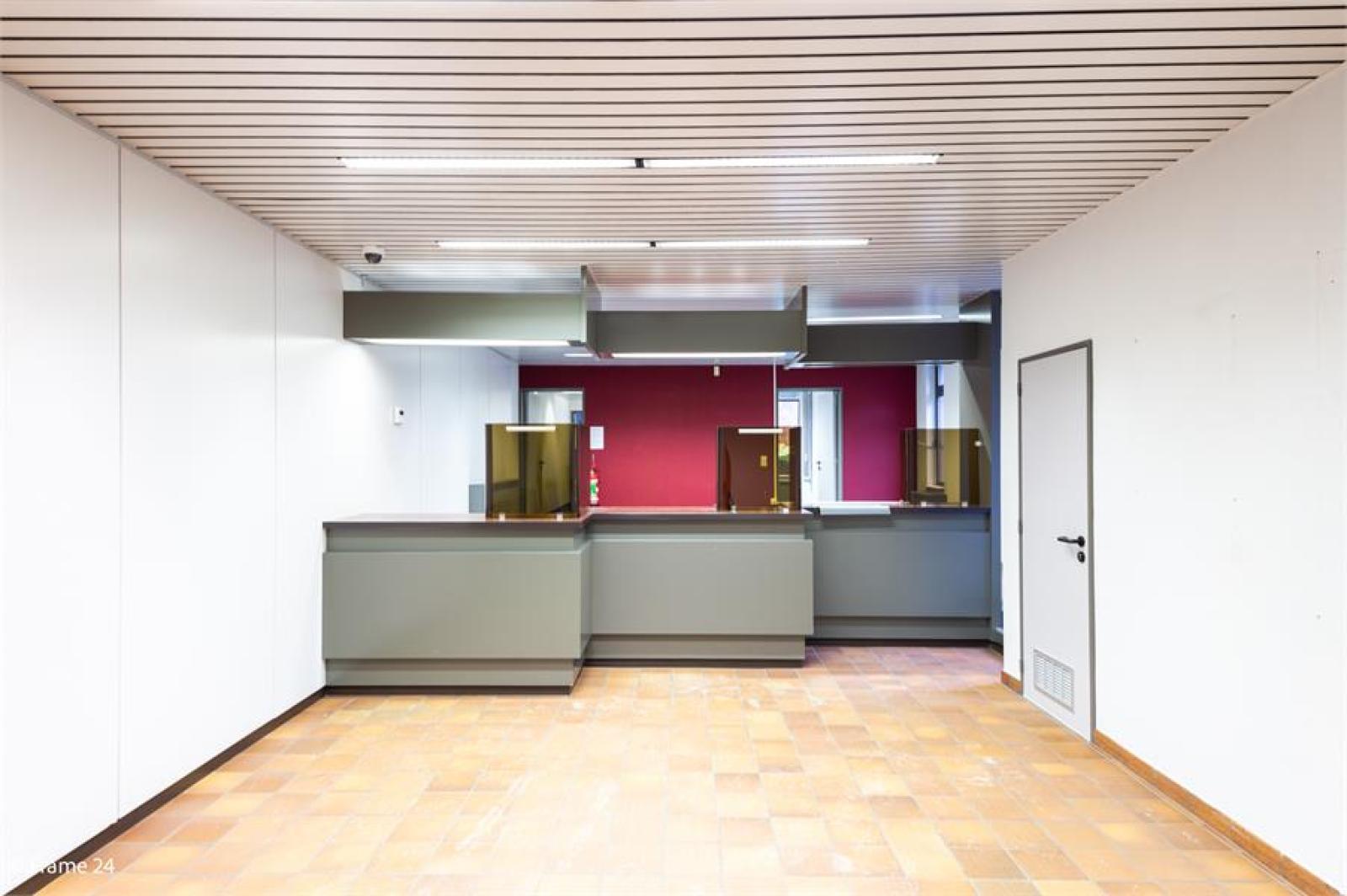 Handelsruimte met riante triplex (200 m²) op centrale ligging te Edegem! afbeelding 3