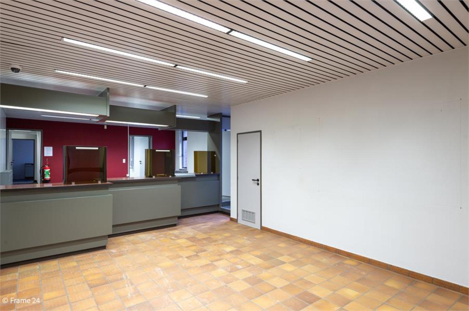 Handelsruimte met riante triplex (200 m²) op centrale ligging te Edegem! afbeelding 2