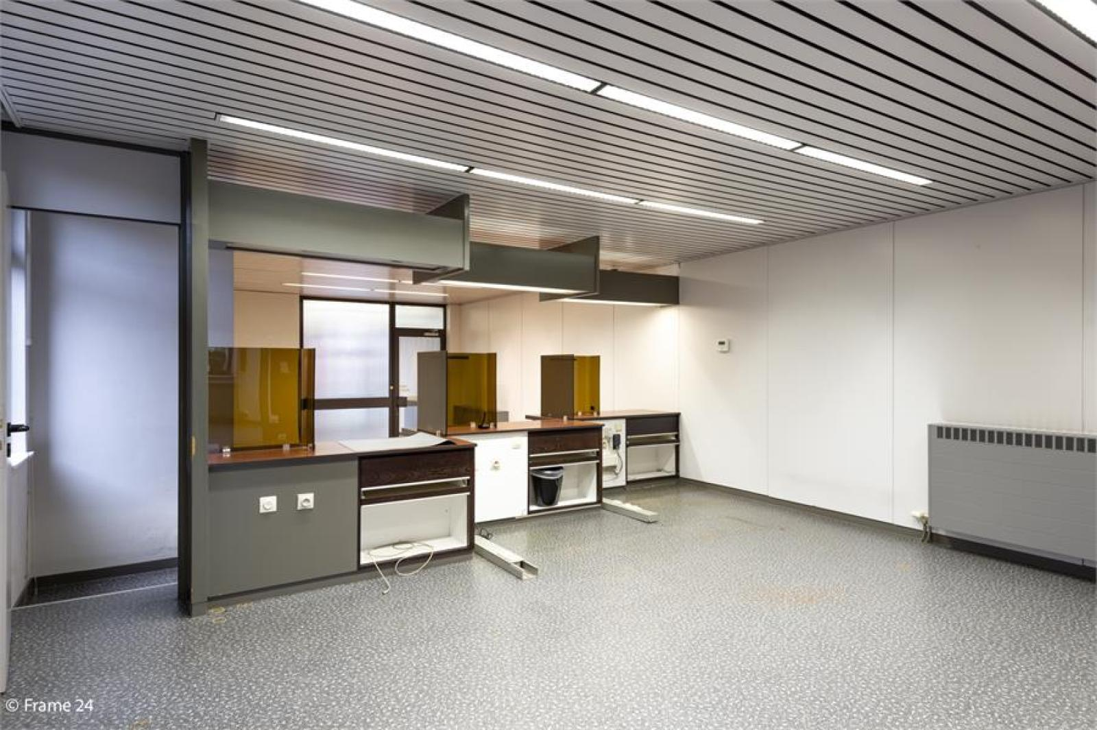 Handelsruimte met riante triplex (200 m²) op centrale ligging te Edegem! afbeelding 5
