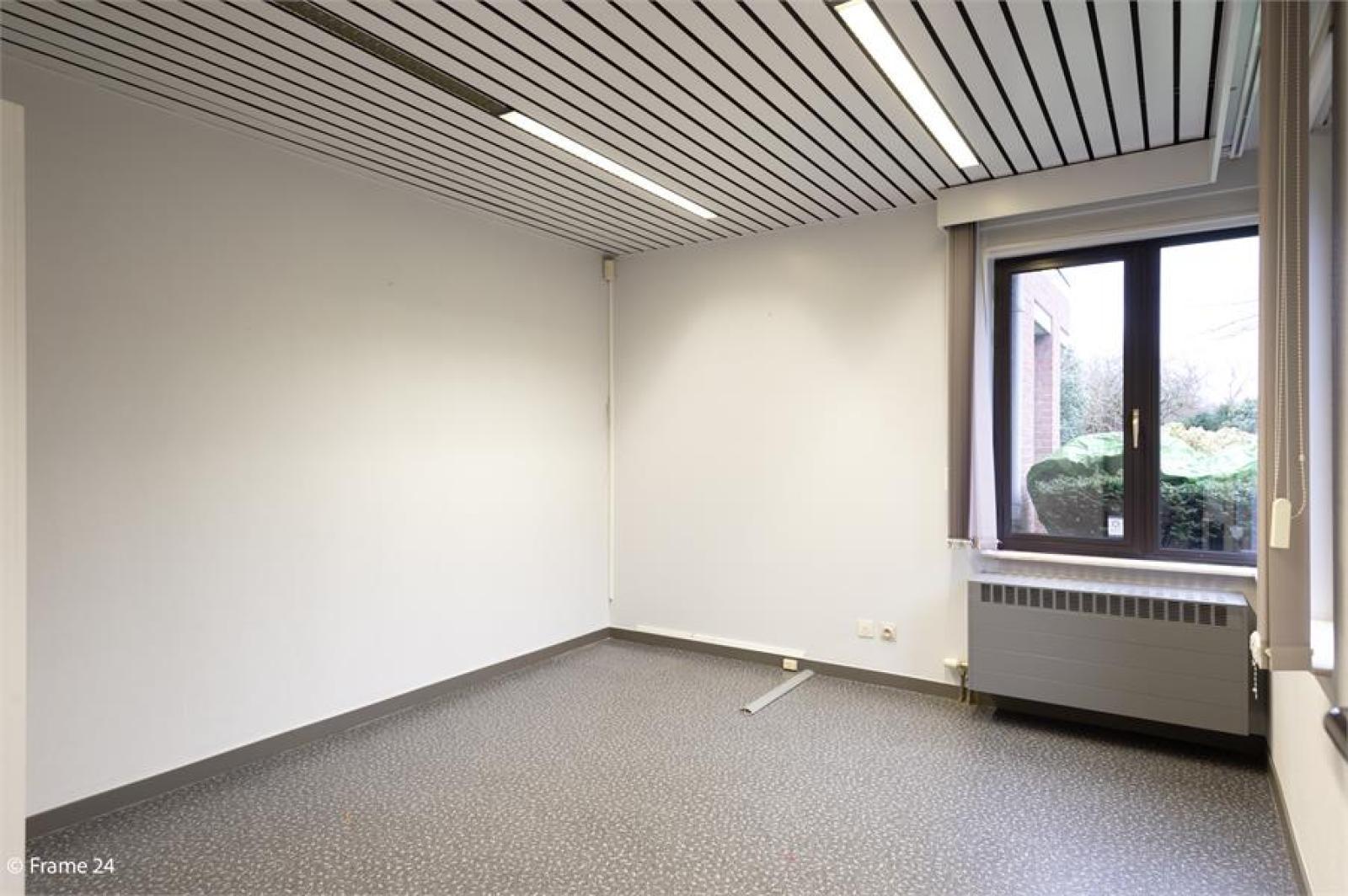 Handelsruimte met riante triplex (200 m²) op centrale ligging te Edegem! afbeelding 7
