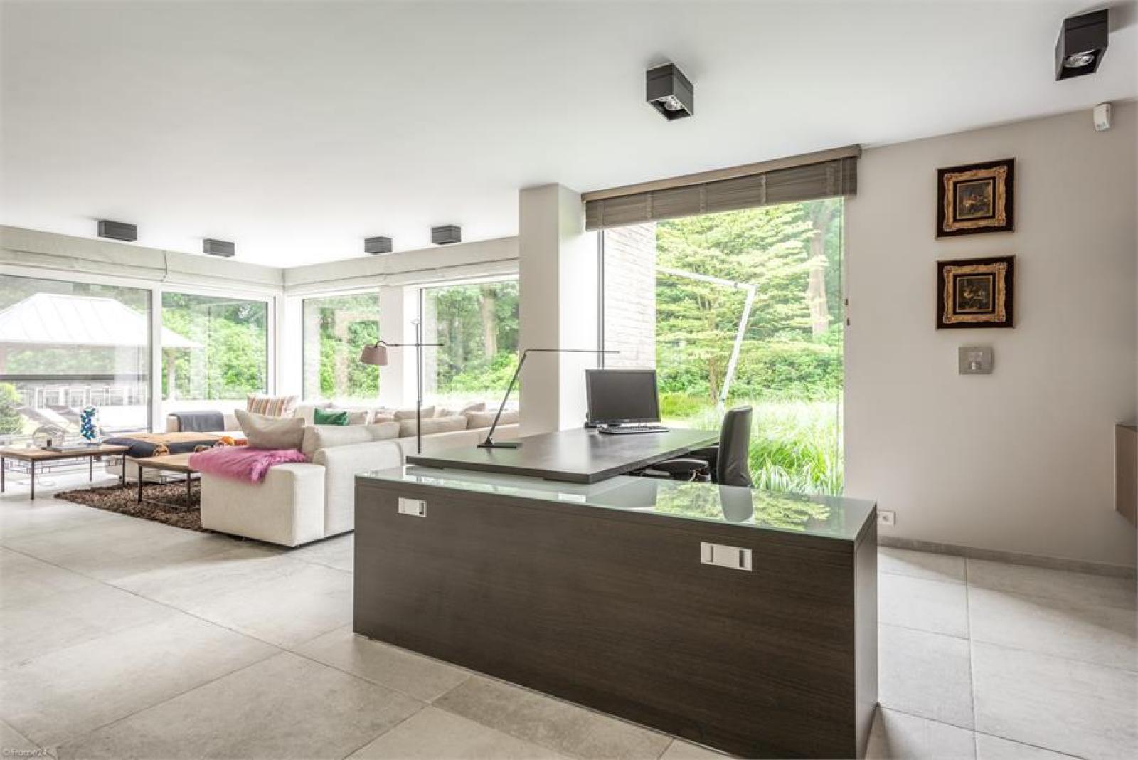 Op een perceel van 5.570 m² treffen we deze luxueuze villa mét zwembad! afbeelding 5
