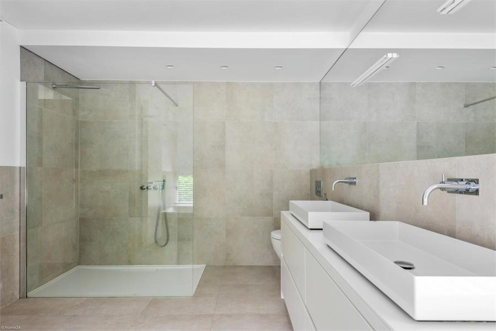 Op een perceel van 5.570 m² treffen we deze luxueuze villa mét zwembad! afbeelding 21
