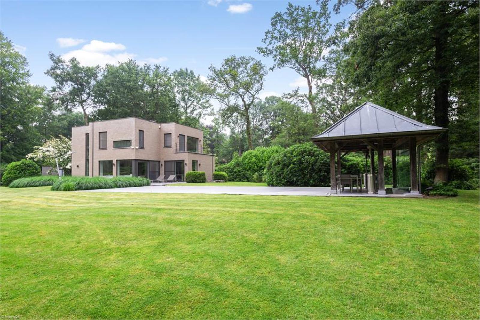 Op een perceel van 5.570 m² treffen we deze luxueuze villa mét zwembad! afbeelding 26