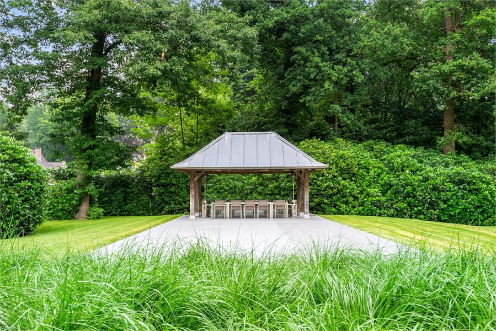 Op een perceel van 5.570 m² treffen we deze luxueuze villa mét zwembad! afbeelding 27