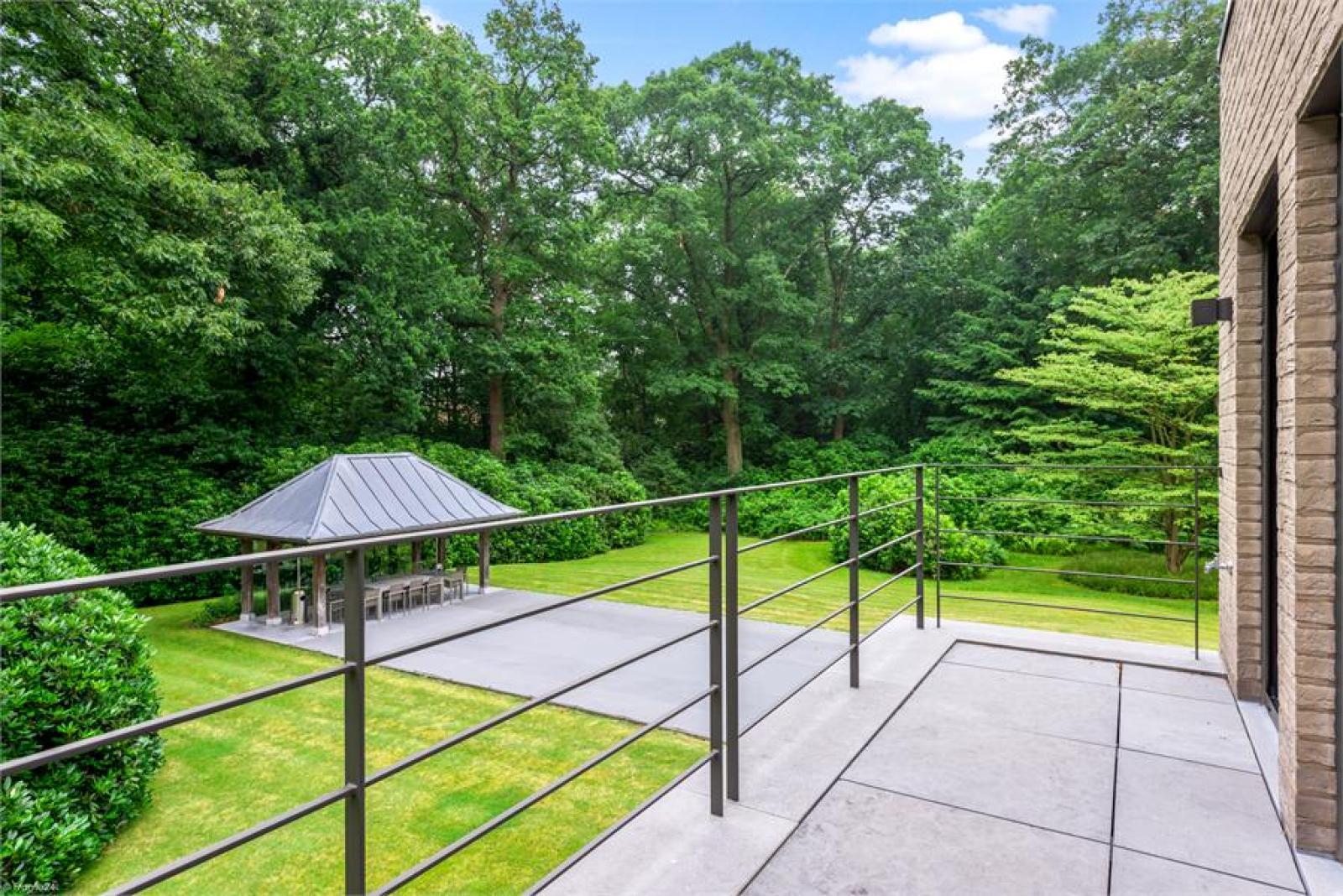 Op een perceel van 5.570 m² treffen we deze luxueuze villa mét zwembad! afbeelding 17