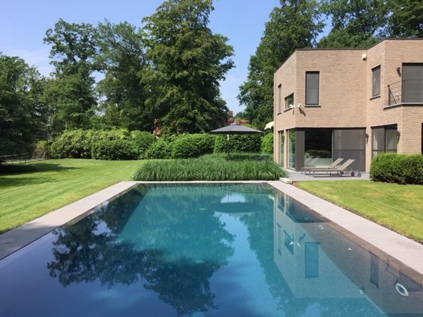 Op een perceel van 5.570 m² treffen we deze luxueuze villa mét zwembad! afbeelding 2