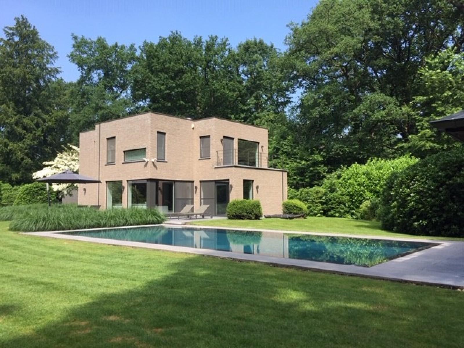 Op een perceel van 5.570 m² treffen we deze luxueuze villa mét zwembad! afbeelding 1