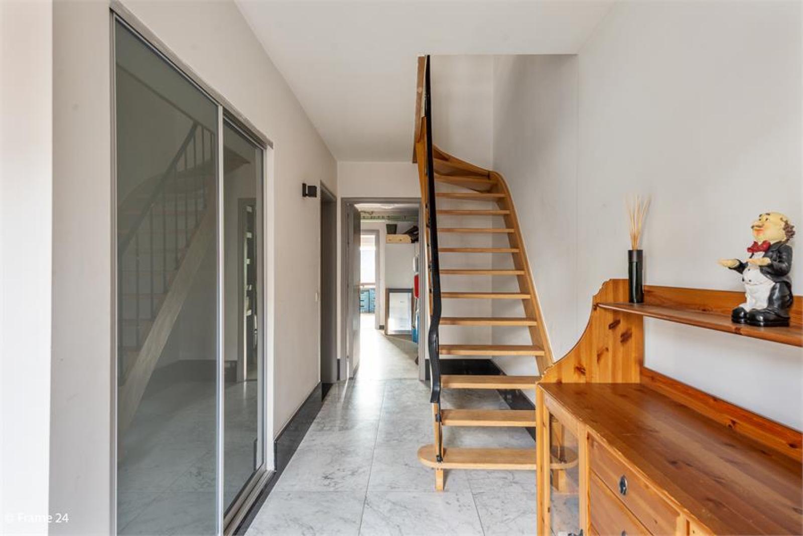Verzorgde bel-étage met 3 slaapkamers, tuin en garage nabij centrum Wijnegem gelegen. afbeelding 2