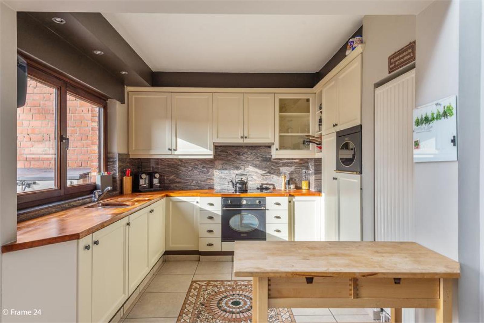 Verzorgde bel-étage met 3 slaapkamers, tuin en garage nabij centrum Wijnegem gelegen. afbeelding 11