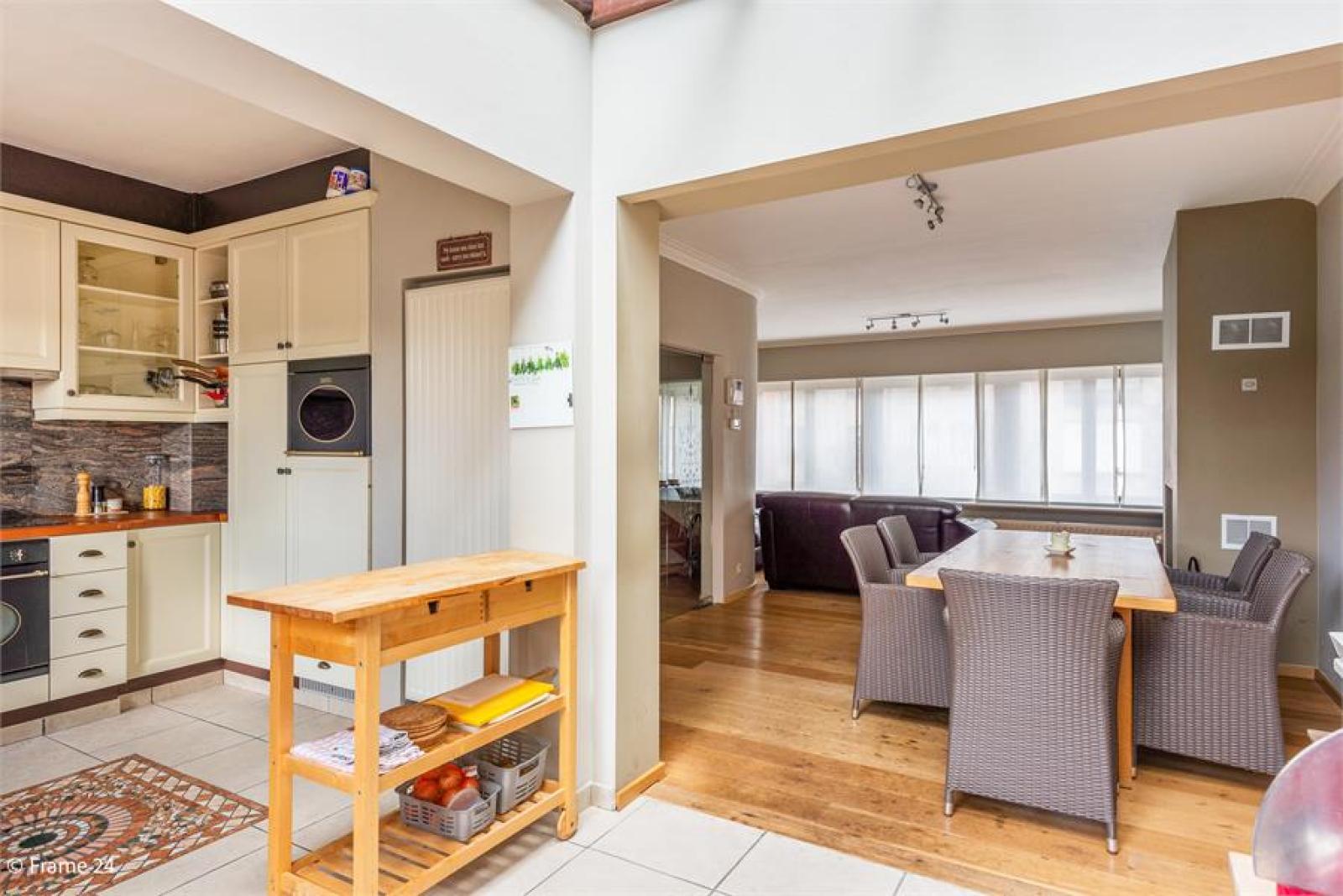 Verzorgde bel-étage met 3 slaapkamers, tuin en garage nabij centrum Wijnegem gelegen. afbeelding 8