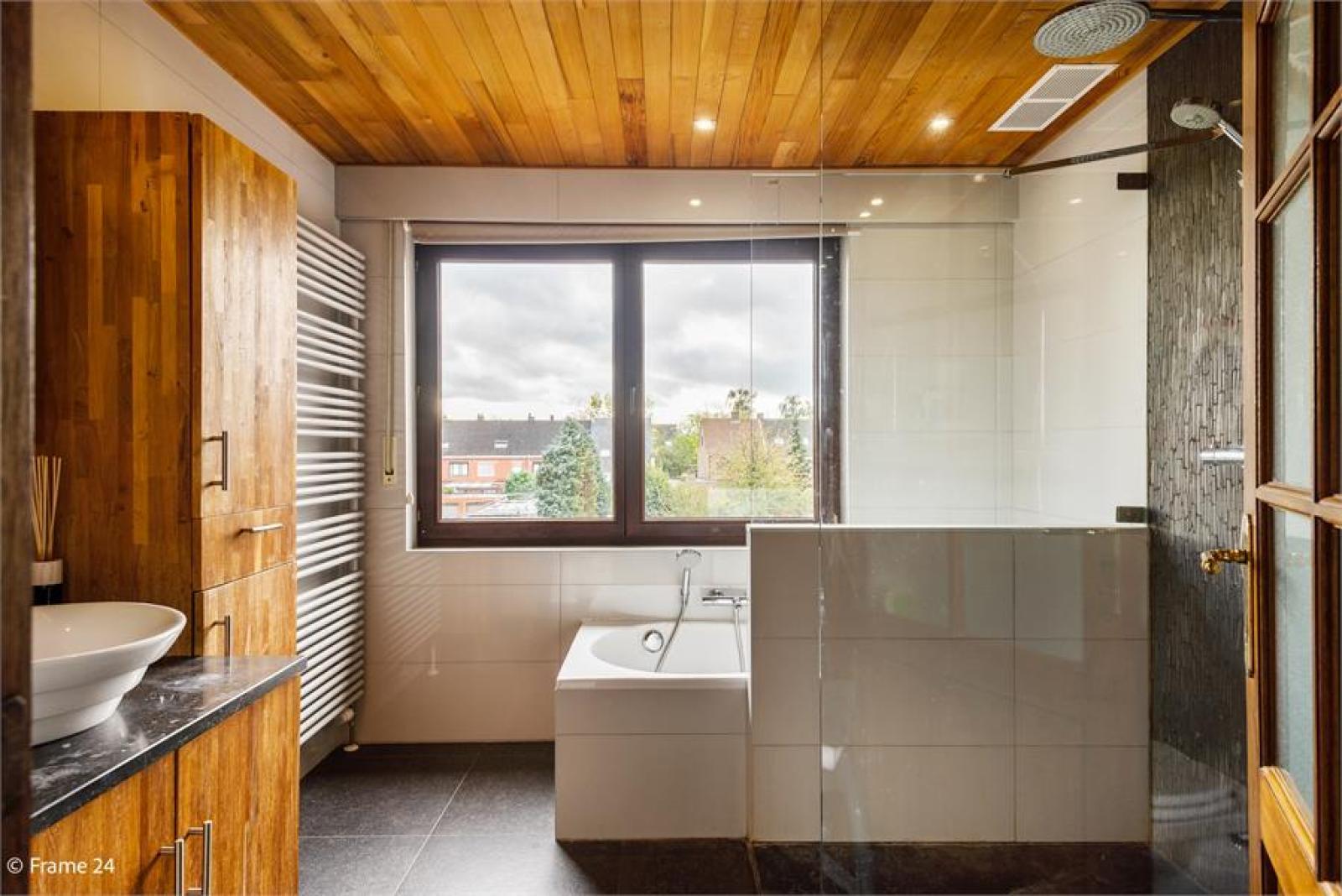 Verzorgde bel-étage met 3 slaapkamers, tuin en garage nabij centrum Wijnegem gelegen. afbeelding 18