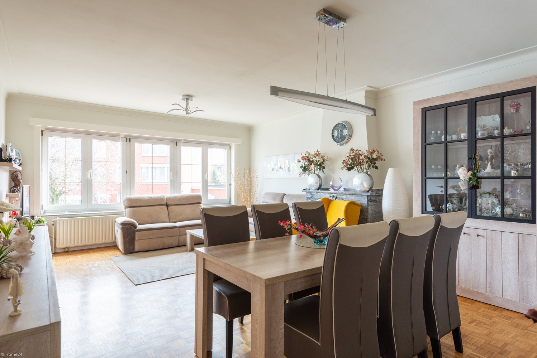 Koppelwoning bestaande uit twee appartementen met terras, inpandige garage en tuin te Deurne! afbeelding 2