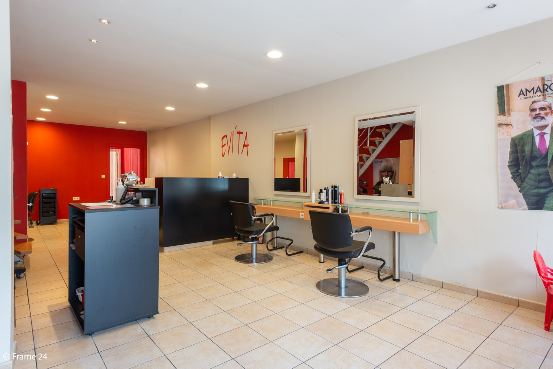 Handelsgelijkvloers + te renoveren appartement  met commercieel gunstige ligging afbeelding 2
