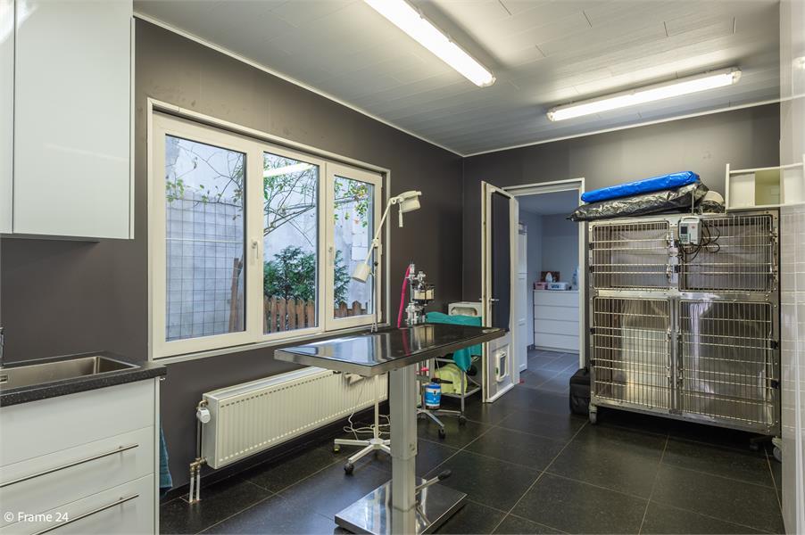 Halfopen woning met praktijkruimte/kantoor op een zeer centrale locatie te Wijnegem! afbeelding 21