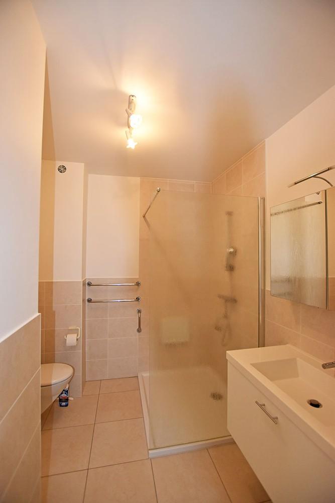 Ruim en instapklaar 2-slaapkamer (80 m²)  appartement met lift op centrale ligging te Wijnegem! afbeelding 9