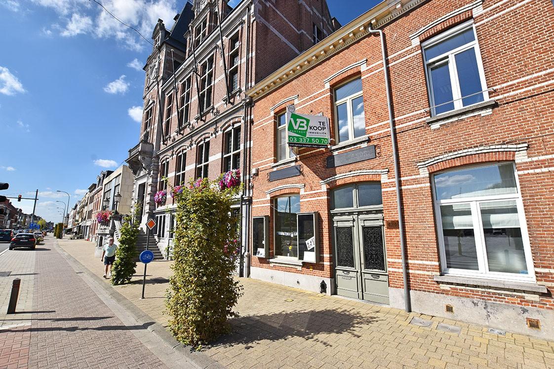 Unieke woning met een handelsgelijkvloers, duplex-appartement, achterhuis én terras in het hartje van Wijnegem! afbeelding 1