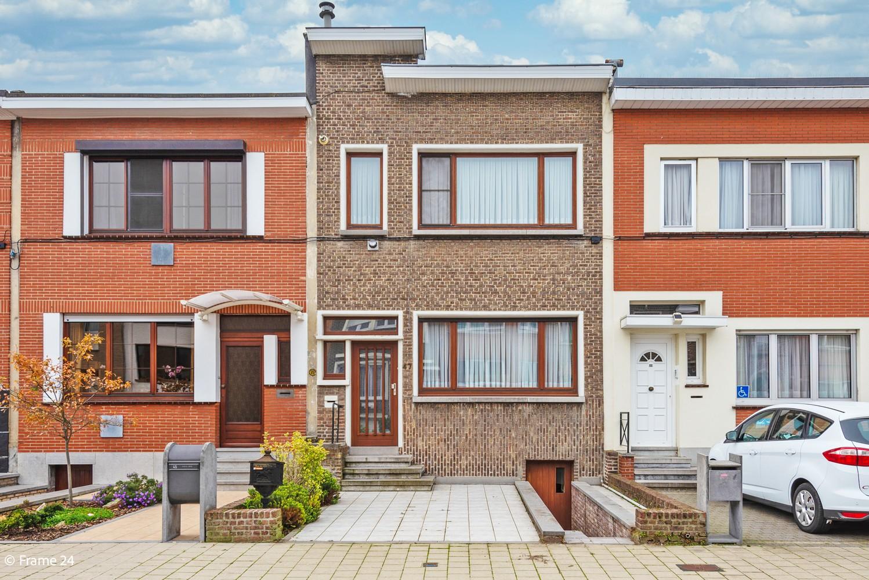 Te renoveren woning met 3 slaapkamers en tuin op een centrale locatie te Deurne! afbeelding 1