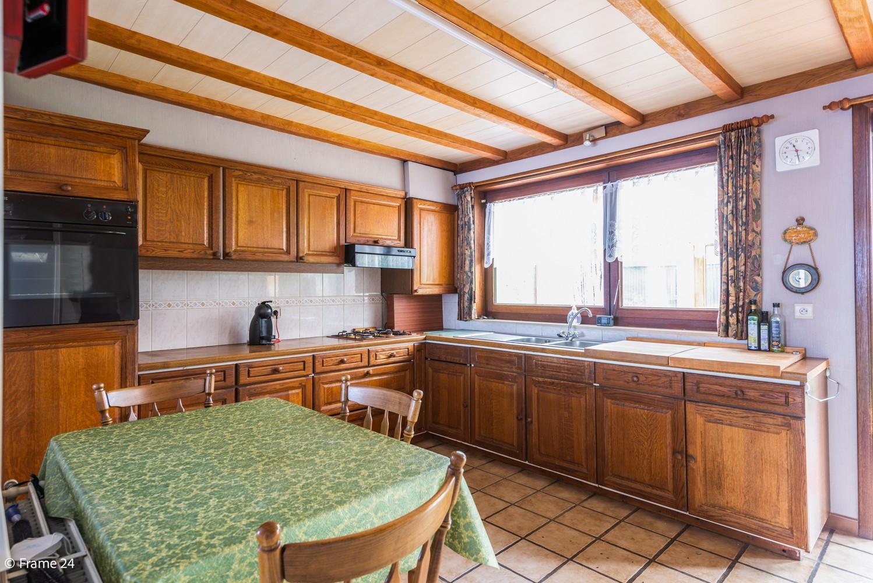 Zeer ruime, te renoveren woning met 5 slaapkamers en tuin te Ranst! afbeelding 8