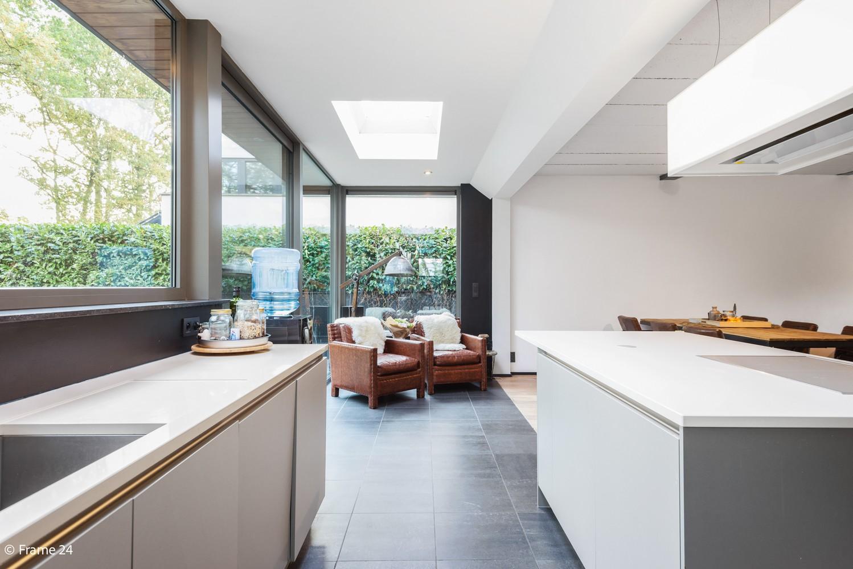 Vernieuwde villa met vijf slaapkamers en prachtige tuin op een perceel van 1.207 m² te Wijnegem! afbeelding 3