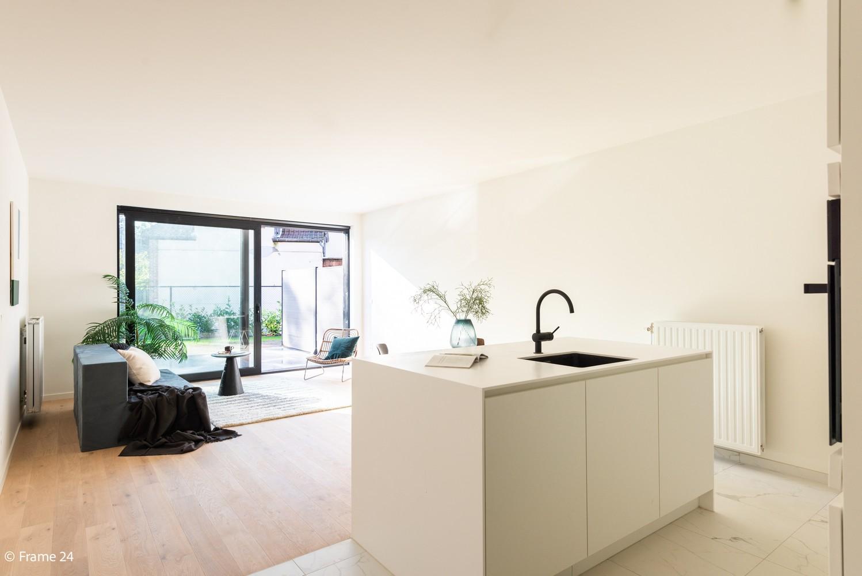 Licht en ruim gelijkvloers nieuwbouwappartement (+/-110 m²) met 3 slaapkamers, ruim zuid-gericht terras alsook parktuin. afbeelding 1