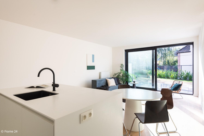 Licht en ruim gelijkvloers nieuwbouwappartement (+/-110 m²) met 3 slaapkamers, ruim zuid-gericht terras alsook parktuin. afbeelding 5