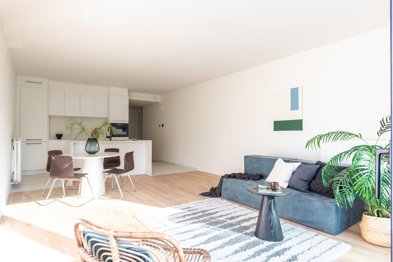 Licht en ruim gelijkvloers nieuwbouwappartement (+/-110 m²) met 3 slaapkamers, ruim zuid-gericht terras alsook parktuin. afbeelding 4