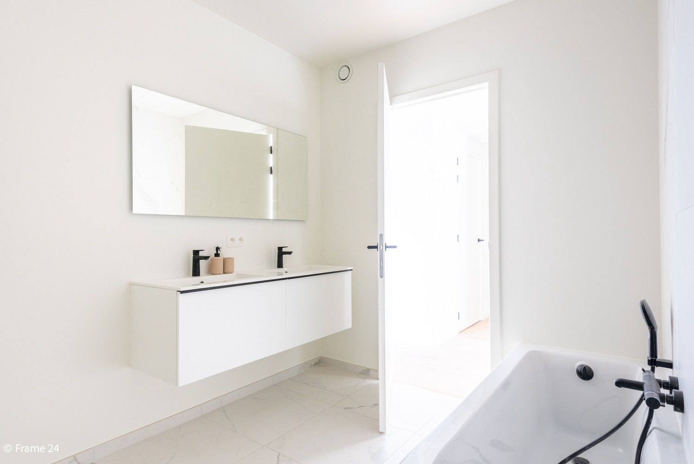 Licht en ruim gelijkvloers nieuwbouwappartement (+/-110 m²) met 3 slaapkamers, ruim zuid-gericht terras alsook parktuin. afbeelding 14