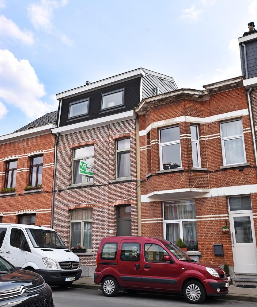 Ruime instapklare woning met 4 slaapkamers en tuin te Deurne. afbeelding 1