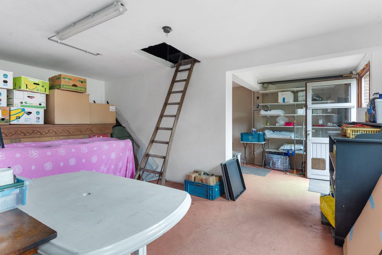 Op te frissen villa met een werkhuis van maar liefst 211,5m² afbeelding 21