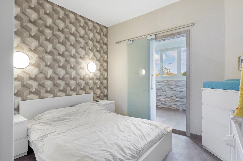 Vernieuwd duplex-appartement met drie slaapkamers op een zeer goede locatie te Wijnegem! afbeelding 9