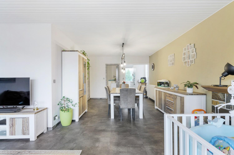 Vernieuwd duplex-appartement met drie slaapkamers op een zeer goede locatie te Wijnegem! afbeelding 3