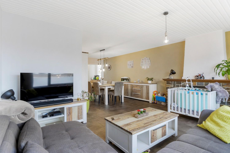 Vernieuwd duplex-appartement met drie slaapkamers op een zeer goede locatie te Wijnegem! afbeelding 2
