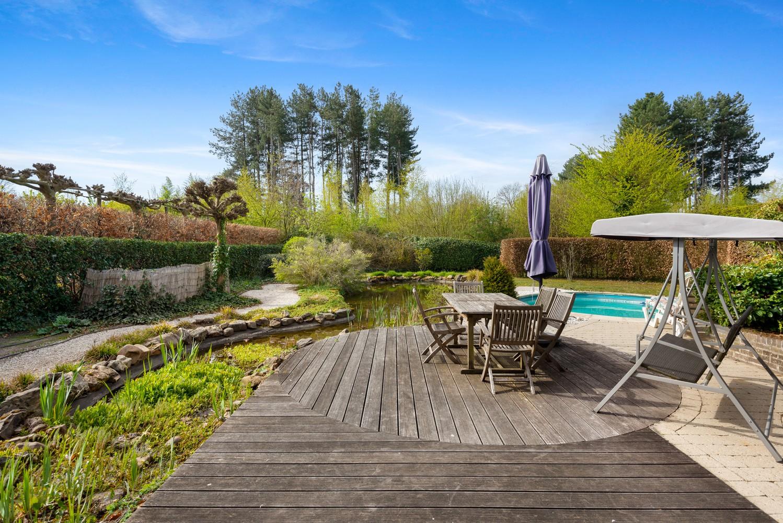 Verrassend ruime woning met idyllische tuin op een zeer gunstige locatie in Oelegem! afbeelding 2