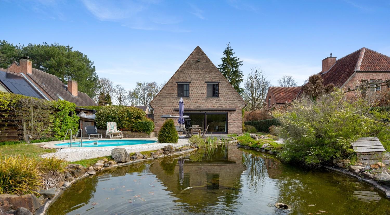 Verrassend ruime woning met idyllische tuin op een zeer gunstige locatie in Oelegem! afbeelding 1
