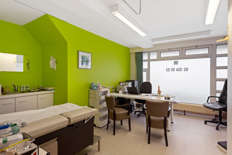 Commerciële - of praktijkruimte/te renoveren gelijkvloers appartement (93 m²) op een zeer centrale locatie te Wijnegem! afbeelding 3