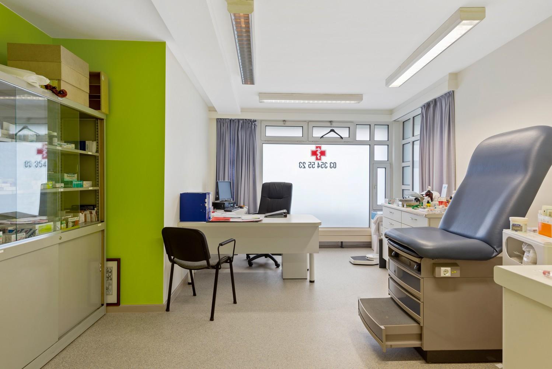 Commerciële - of praktijkruimte/te renoveren gelijkvloers appartement (93 m²) op een zeer centrale locatie te Wijnegem! afbeelding 5