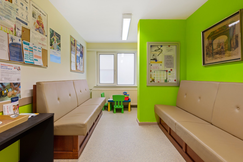 Commerciële - of praktijkruimte/te renoveren gelijkvloers appartement (93 m²) op een zeer centrale locatie te Wijnegem! afbeelding 6