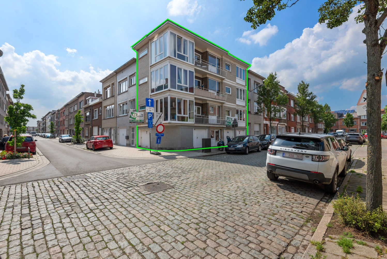 Opbrengsteigendom bestaande uit 3 appartementen en 4 garageboxen te Merksem. afbeelding 1