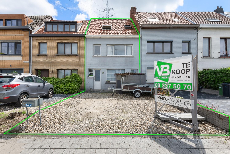 Ruime, op te frissen eengezinswoning met drie slaapkamers en grote tuin te Wijnegem! afbeelding 1