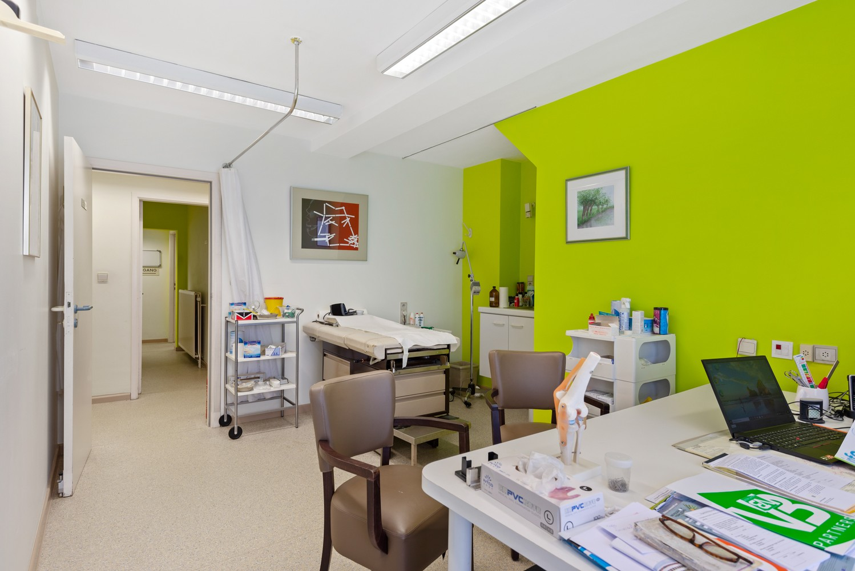 Commerciële - of praktijkruimte/te renoveren gelijkvloers appartement (93 m²) op een zeer centrale locatie te Wijnegem! afbeelding 4