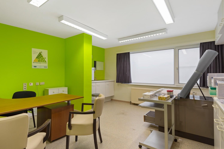 Commerciële - of praktijkruimte/te renoveren gelijkvloers appartement (93 m²) op een zeer centrale locatie te Wijnegem! afbeelding 7