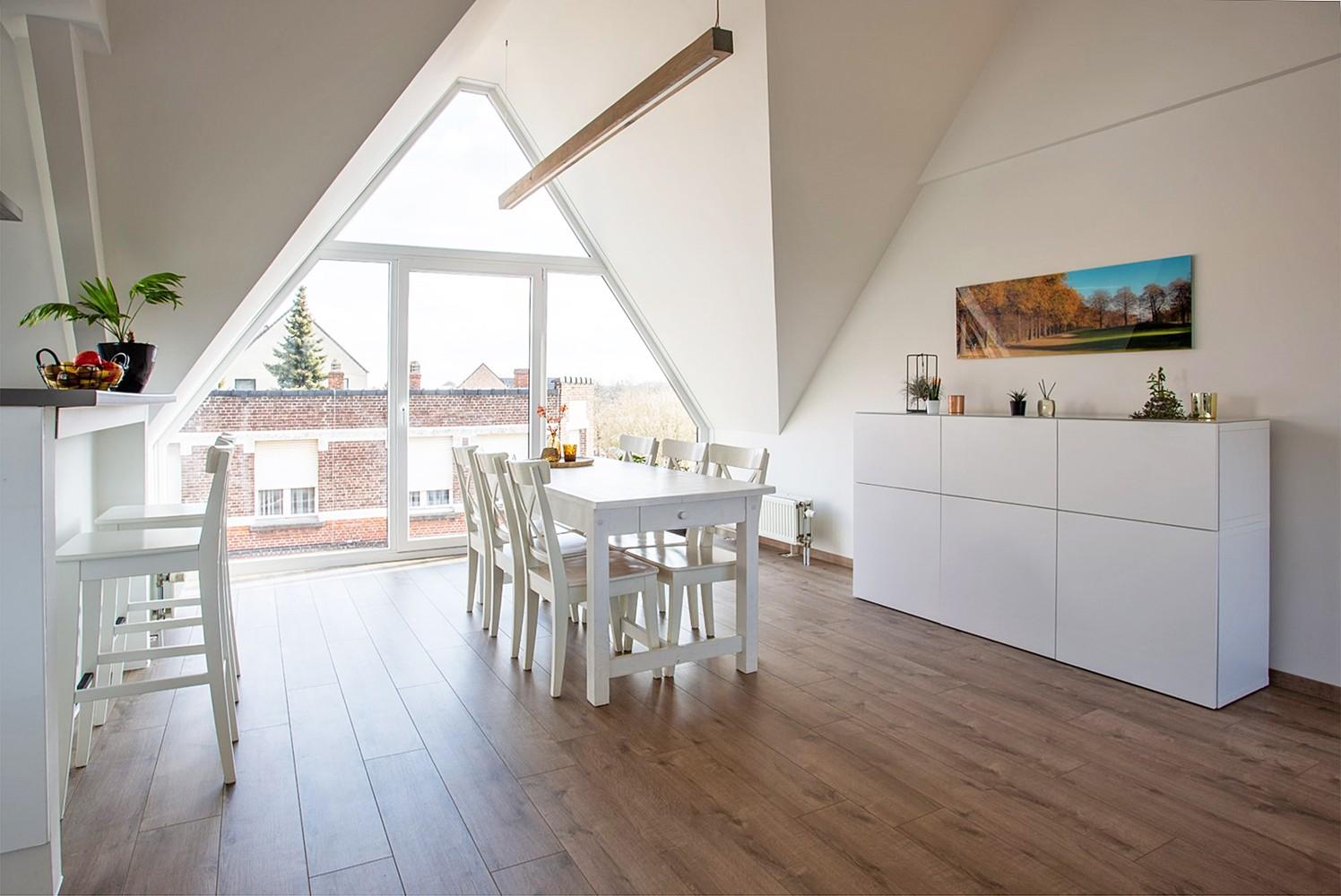 Verrassend ruim, lichtrijk appartement met 3 slaapkamers in hartje Broechem! afbeelding 1