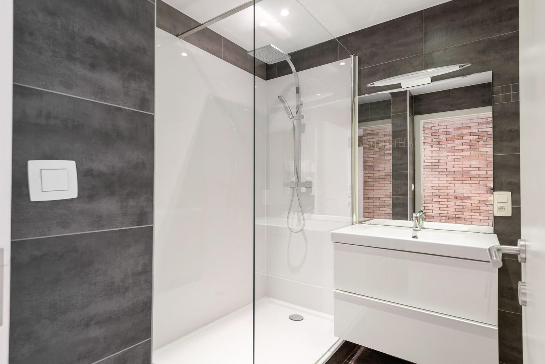 Lichtrijk, volledig gerenoveerd appartement met 2 slaapkamers & garagebox! afbeelding 14