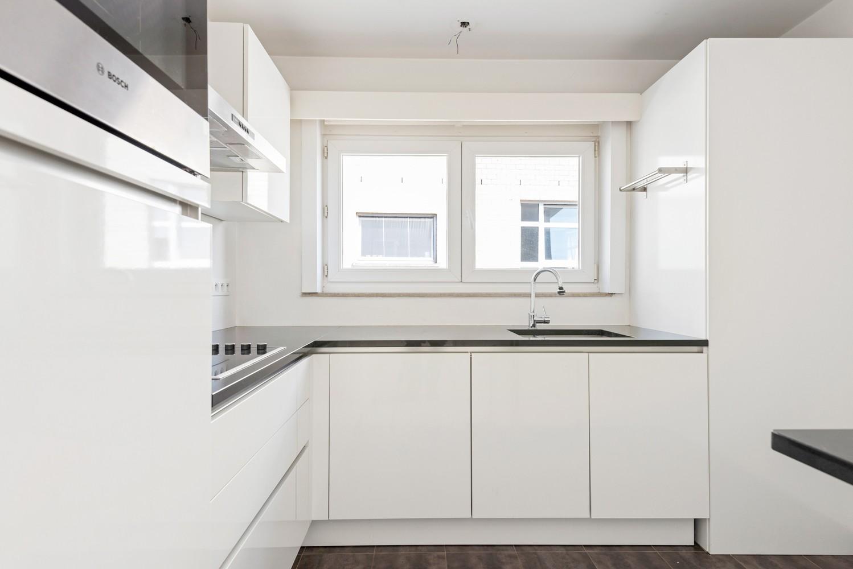 Lichtrijk, volledig gerenoveerd appartement met 2 slaapkamers & garagebox! afbeelding 9
