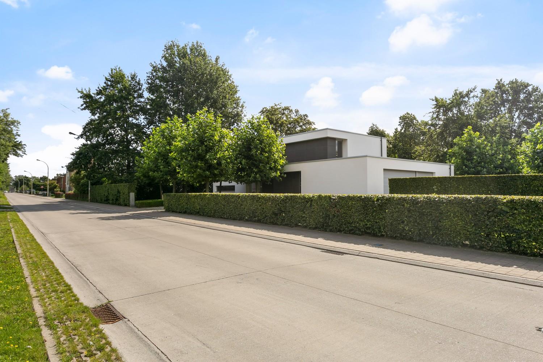 Op een rustige en residentiële ligging te Kessel (Nijlen) op een boogscheut van Lier vinden we deze recente woning (2009) van de hand van de gekende architect Reginald Schellen. afbeelding 1